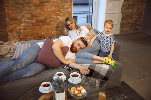 집에 있는 어머니 아버지와 아들은 재미있고 안락한 개념을 가지고 있습니다.