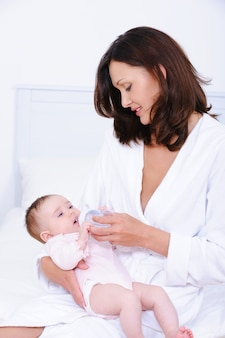 母親は哺乳瓶で授乳