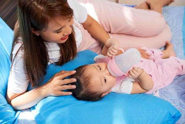 Мать кормления ребенка с детской смесью