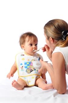 彼女の小さな女の子を養う母