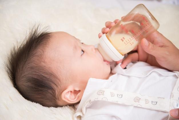 母親の授乳母乳ボトルから