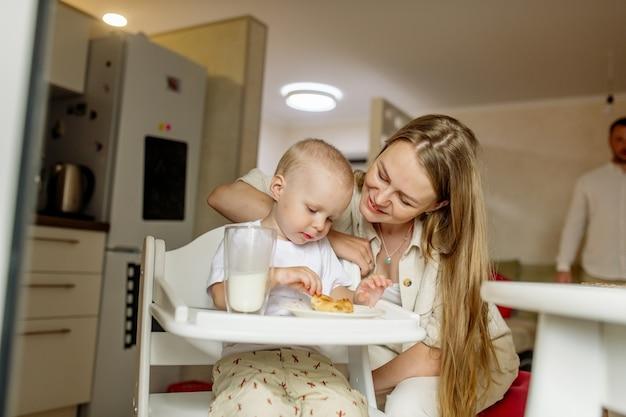 母乳は幼い息子に乳を与える