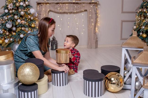 Мать дарит сыну рождественский подарок на новый год