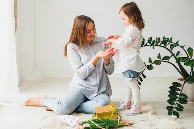 딸에게 작은 선물을주는 어머니