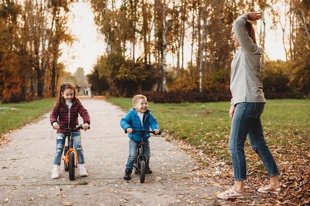 Мать дает старт, пока ее сын и дочь смеются, ожидая продолжения