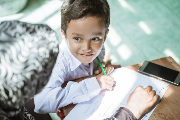 Мать помогает своему ребенку делать домашнее задание