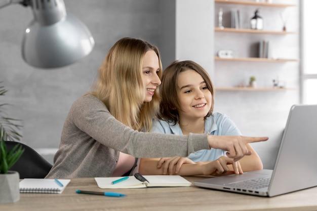 Madre che aiuta la figlia a studiare