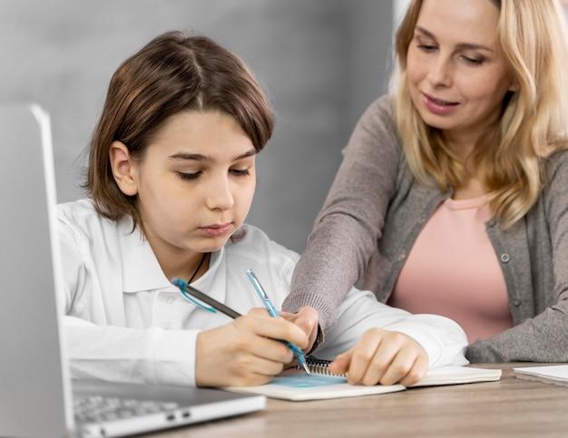 Мать помогает дочери учиться