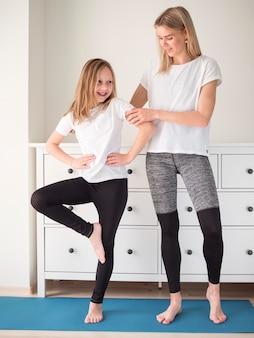 Мать помогает девушке тренироваться