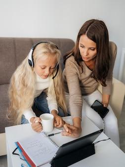 Madre che aiuta sua figlia con i compiti