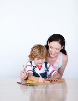 彼女の息子が描くのを助ける母