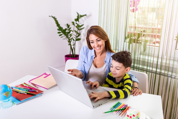母が息子の宿題を手伝う