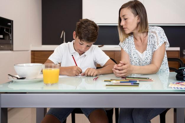 Мать помогает сыну с домашней работой