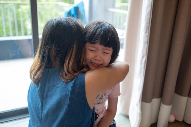 엄마는 아이를 때리고, 울고, 슬프고, 어린 소녀가 불행하고, 가족 폭력 개념, 선택적 집중, 부드러운 초점