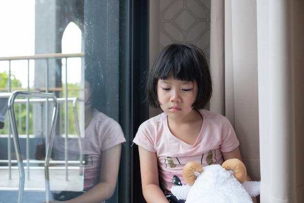 母は彼女の子供を殴り、子供たちは泣き、悲しみを感じ、若い女の子は不幸になりました