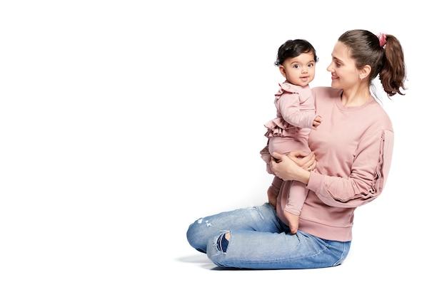 어머니는 흰색 절연 아기 딸을 잡고