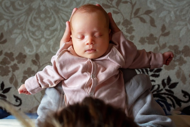 손 상위 뷰에 아기를 안고 어머니