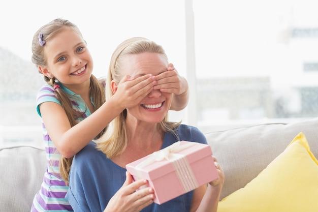 그녀의 눈을 덮고 딸과 함께 어머니 지주 선물