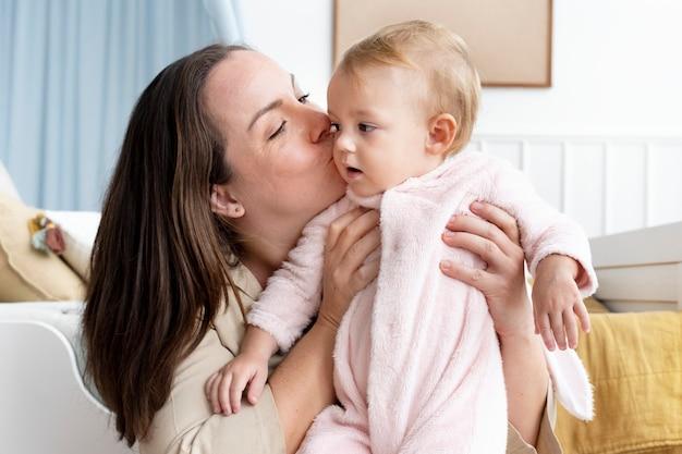 그녀의 팔에 그녀의 아기 소녀를 안고 어머니