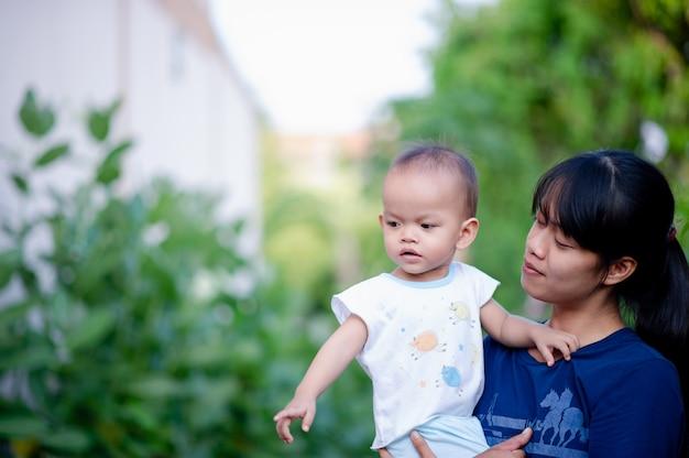 Мать держит своего ребенка с любовью матери мать и ребенок счастливы.