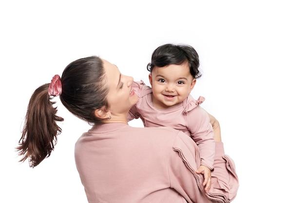 웃는 아기를 들고 어머니