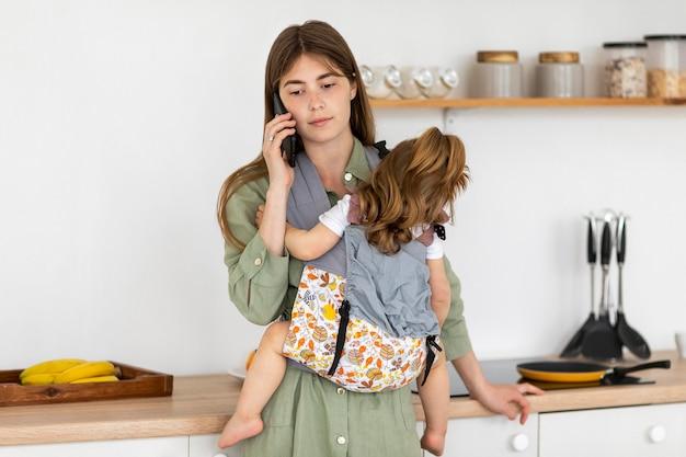 Мать держит маленькую дочь