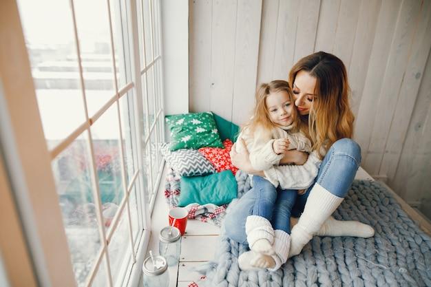 Мать обнимает дочь ребенка