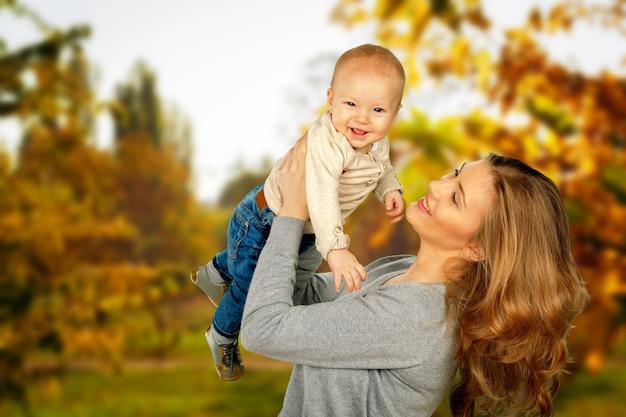 公園を散歩中に子供を抱き締める母親