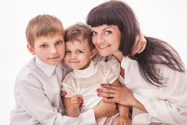 Мать обнимает двух своих детей