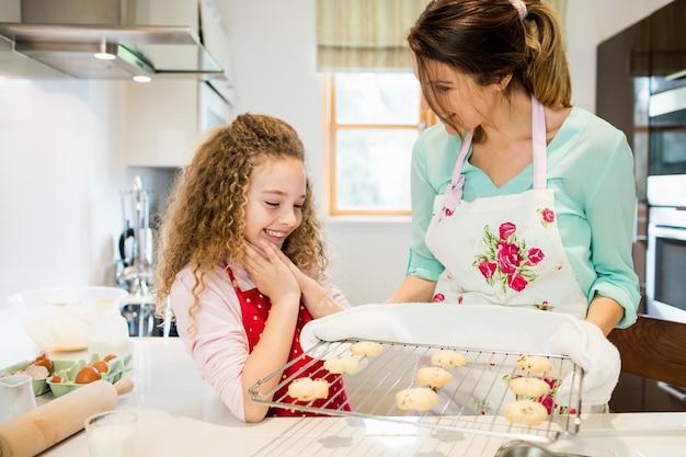 クーリンでクッキーを保持しながら、母は娘との対話します