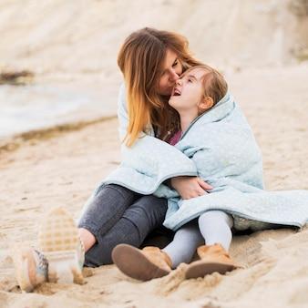 母はかわいい娘にキス