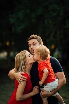 母親が彼女の子供と夫にキス