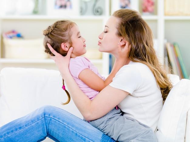 Madre che bacia sua figlia