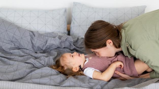 Мать целует малыша в живот