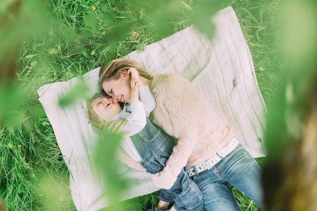 어머니는 공원에서 그녀의 아들과 함께 누워
