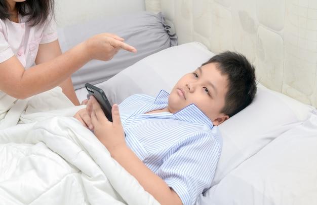 Мать приказала детям не играть на мобильных телефонах