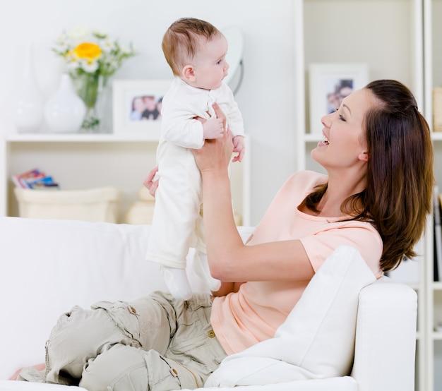 赤ちゃんと遊ぶ母
