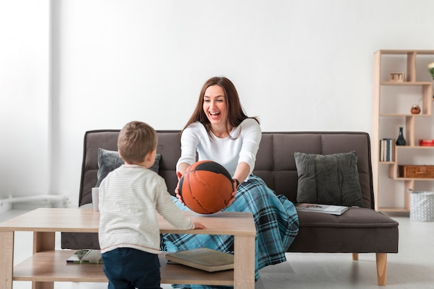 自宅で子供と遊ぶ母