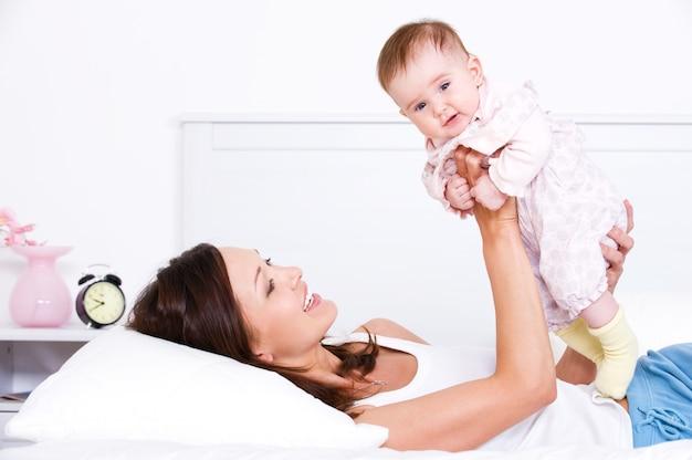 彼女の赤ちゃんと遊ぶ母