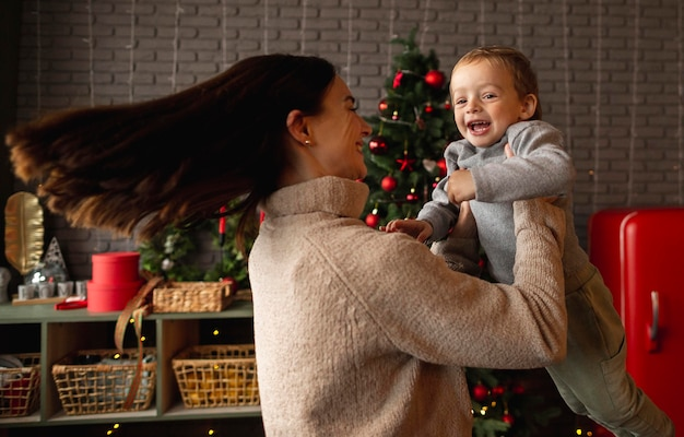 Madre che gioca con suo figlio carino