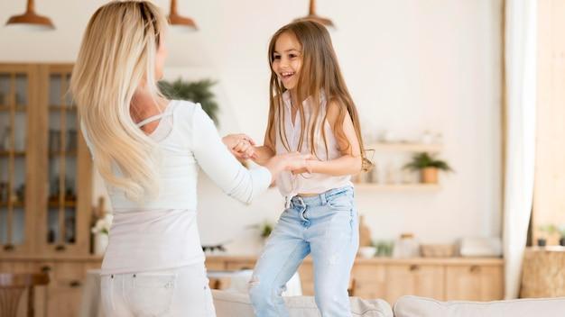 Мать играет со своей дочерью дома