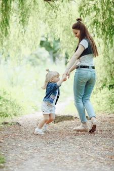 어머니 손을 잡고 그녀의 딸과 함께 연주