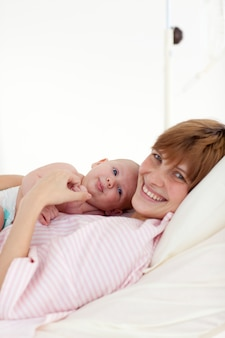 新生児と遊ぶ母親