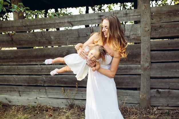 농장에서 그의 어린 딸과 함께 노는 어머니