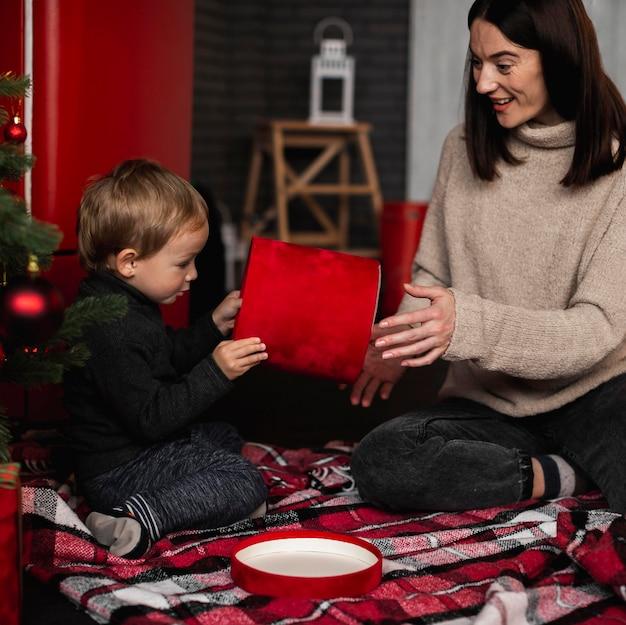 Madre che gioca con il giovane ragazzo