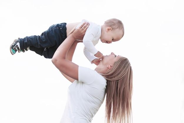 母は公園を散歩しながら息子と遊ぶ。母性愛の概念