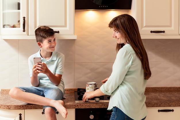 母は台所で息子と一緒に食事を準備します
