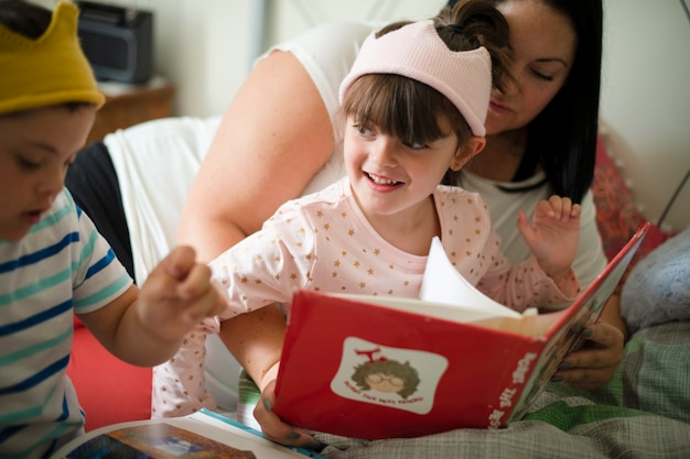 就寝時の話を読んでいる母親