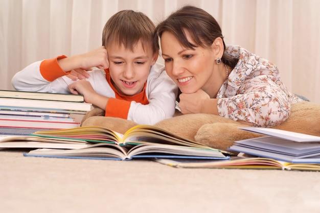집에서 아이에게 책을 읽는 어머니