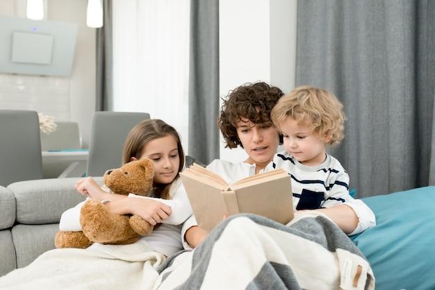 母は子供たちに本を読んで